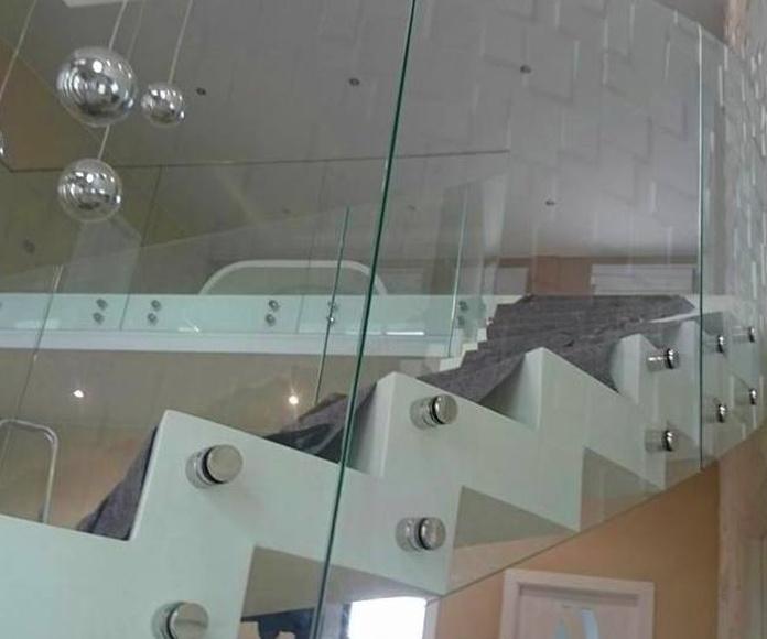 Barandilla de vidrio abotonado diseñada y fabricada a medida totalmente adaptada e integrada al diseño de la vivienda.