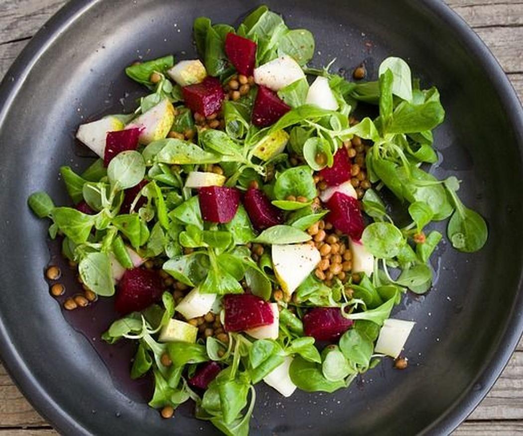 Pon una ensalada fresca en tu dieta diaria y acompáñala de un buen vino