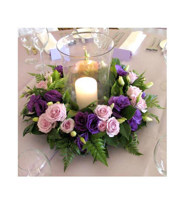 Centro de mesa con rosas, lisianthus y vela