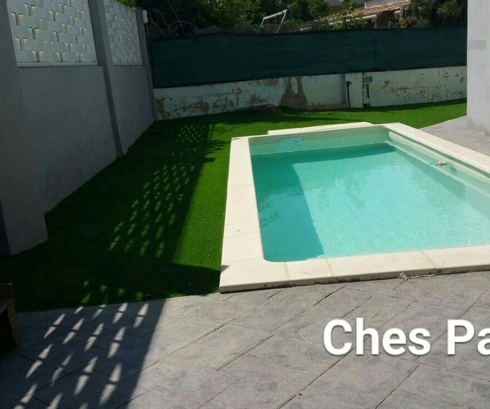 Proyecto Ches Pa paisajismo con, piscina, césped artificial Valencia en jardín particular