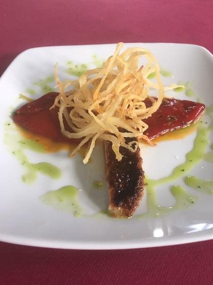 Pimientos cucones con crujiente de cebolla y ventresca de atún caramelizada