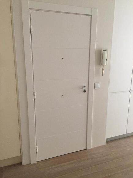 Forrado de puerta de entrada en DM lacado blanco