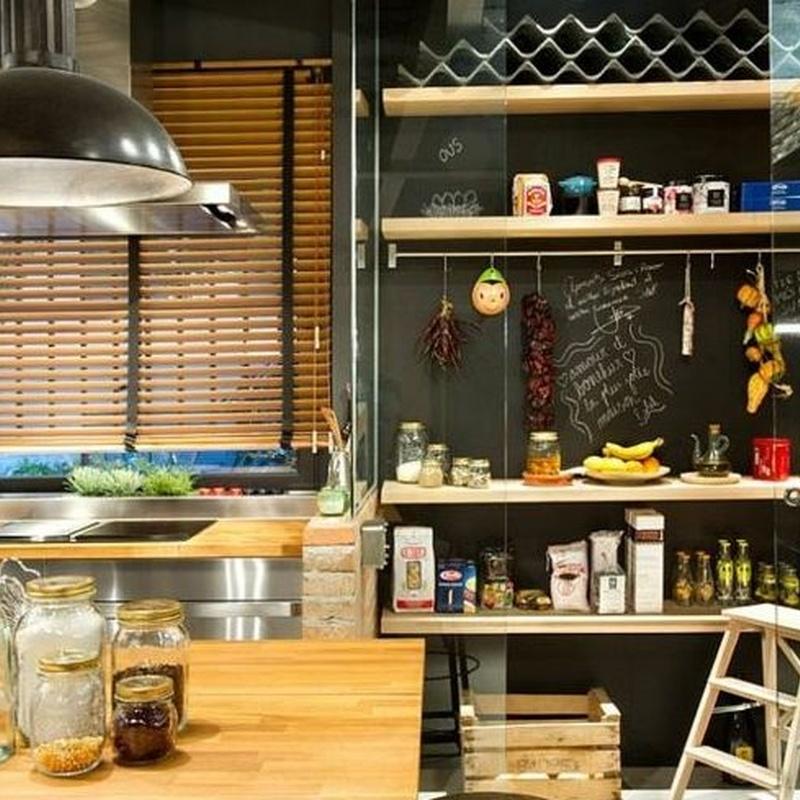 Ejemplo de cocina de estilo industrial con persiana veneciana