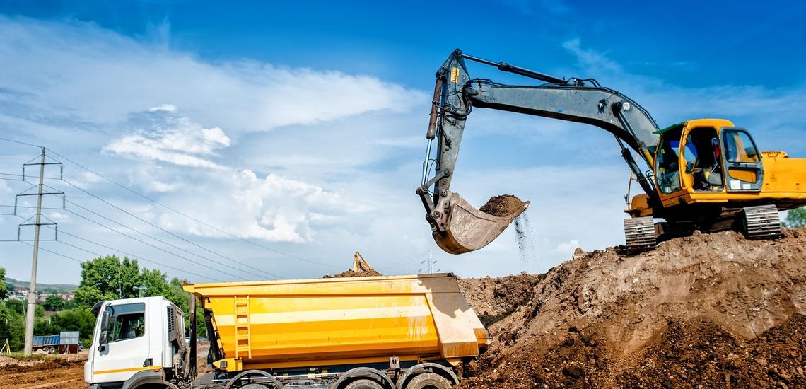 Transporte de hormigón en Lugo, máquina excavadora en activo
