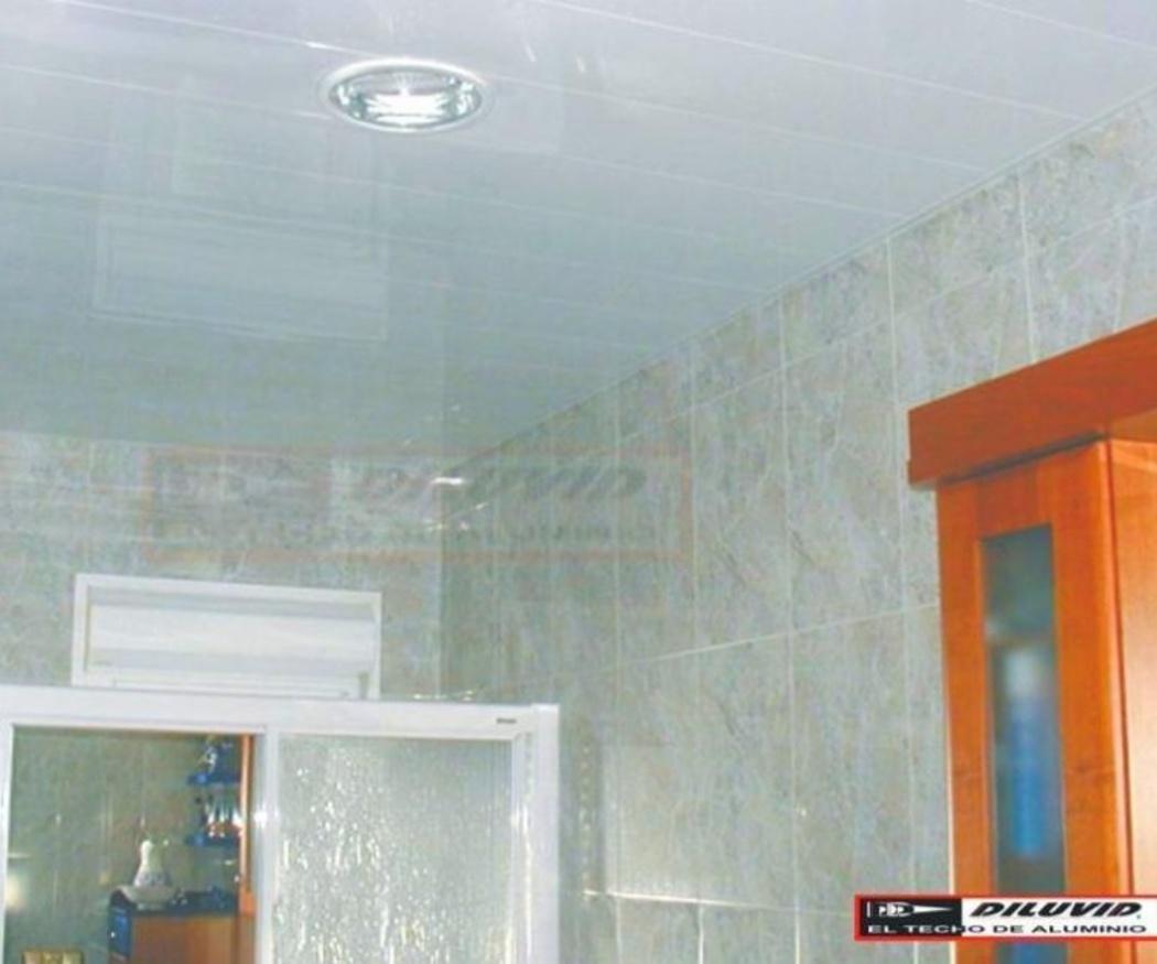 Falso techo de aluminio, la solución definitiva para el cuarto de baño