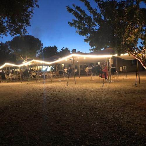 Carpa beduina con iluminación completa