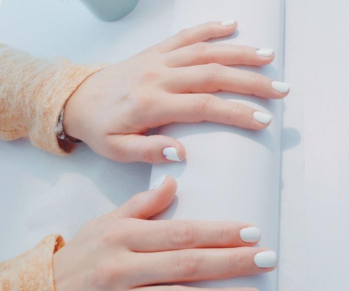 Uñas con esmaltado permanente.: Catálogo de mimos. de Bella Mirada