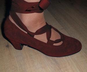 Zapato de ante con cintas y clavos