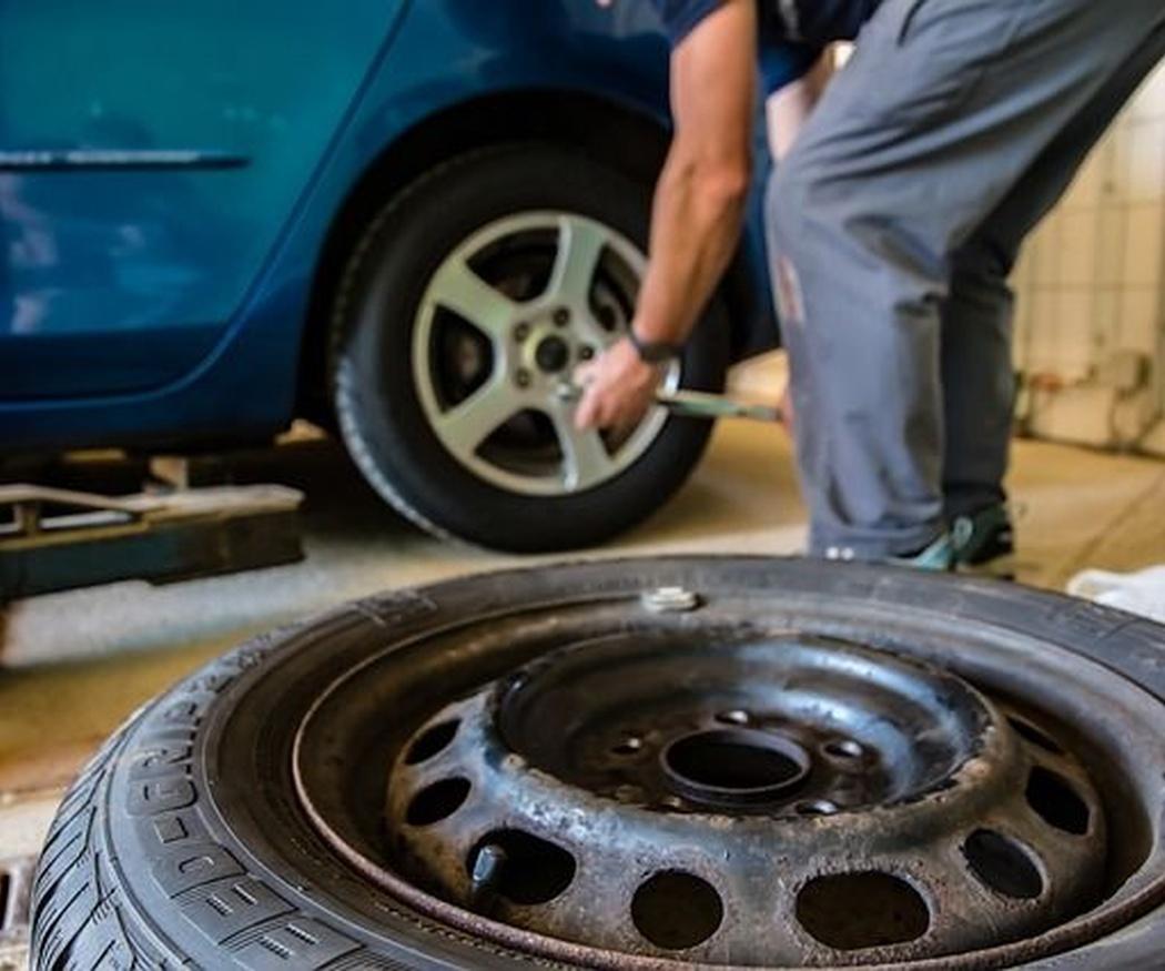 ¿Cómo actuar en caso de pinchazo o reventón en un neumático?