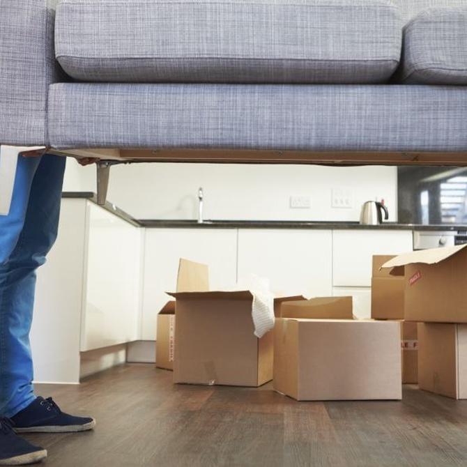 ¿Cómo muevo los muebles en una mudanza?