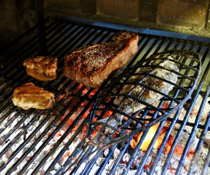 Chuletón de ternera, dorada y costillar de cerdo a la brasa.