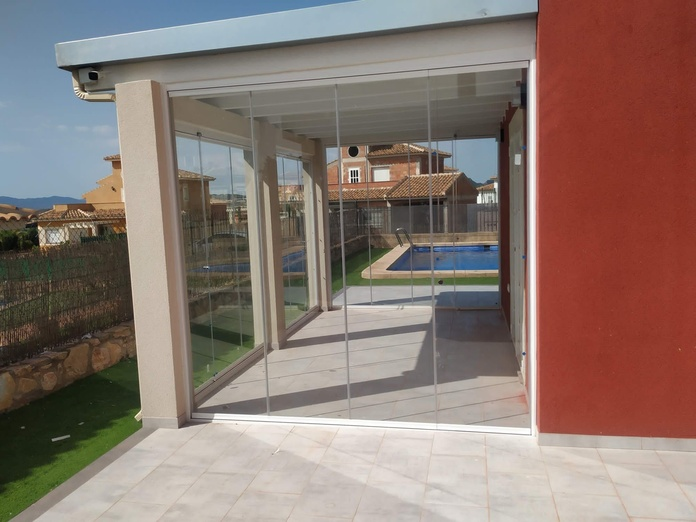 Cierre de porche con cortinas de cristal:  de LMC Glass