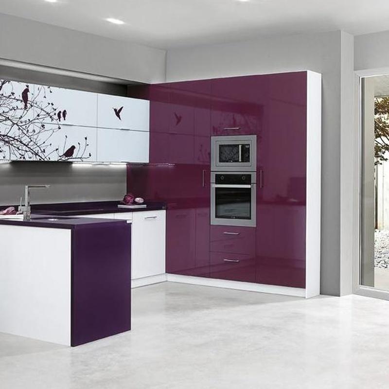 Cocina Delta mod. Andorra - Berenjena combinado con vitrinas de cristal y vinilos personalizados.
