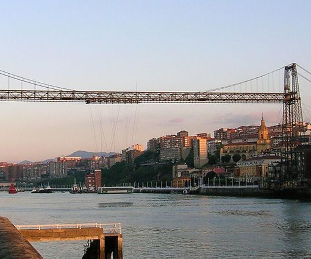 El pionero Puente Colgante de hierro de Portugalete