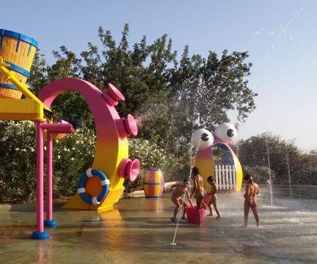 Un parque de atracciones con zona acuática