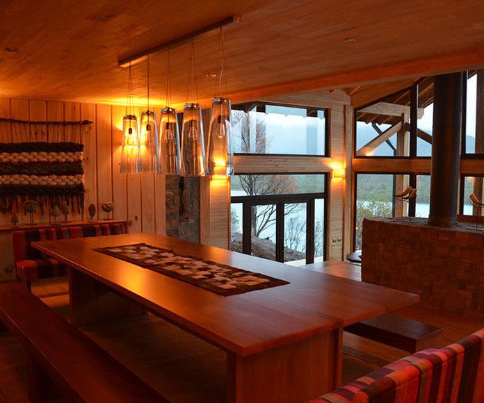 Interior salón-comedor y chimenea
