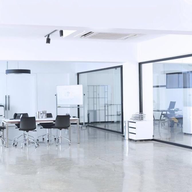 Las mamparas de cristal en las oficinas