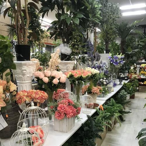 Interior de la parada del Mercado de Viladecans con flor y planta artificial -Fernando Gallego SCP