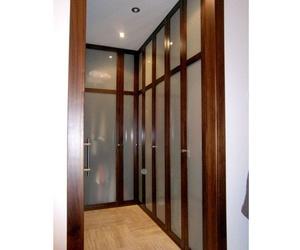 Vestidor con puertas de madera de nogal