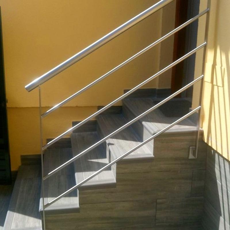 Barandilla de acero inoxidable sencilla diseñada y fabricada a medida para acceso a vivienda.