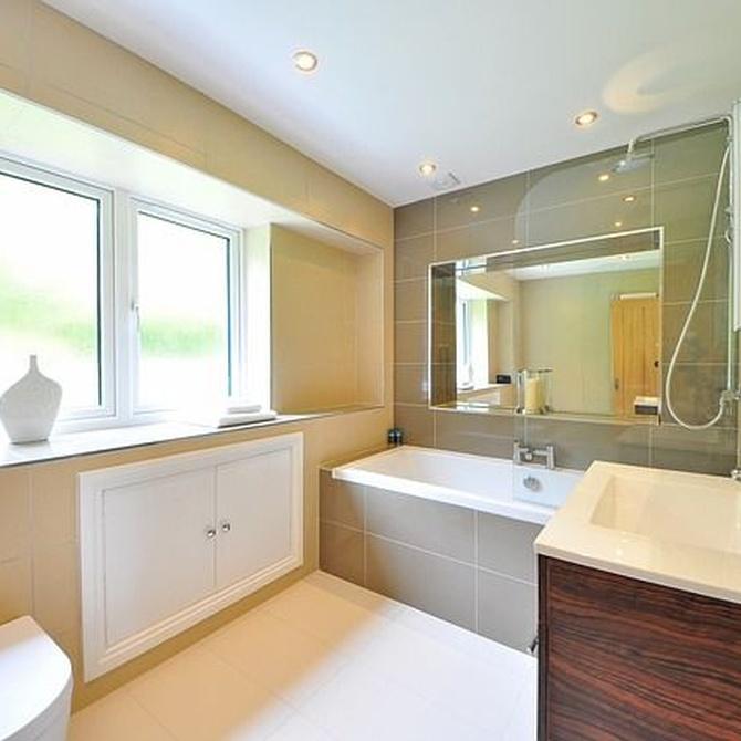 Material y acabado adecuado en los muebles para baño