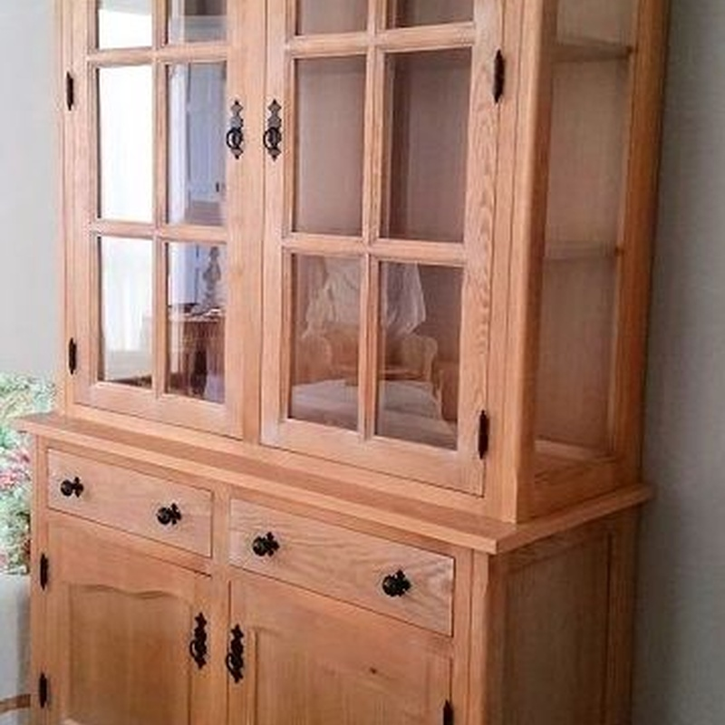 Mueble vitrina en madera de pino, madera rallada y perlado blanco.