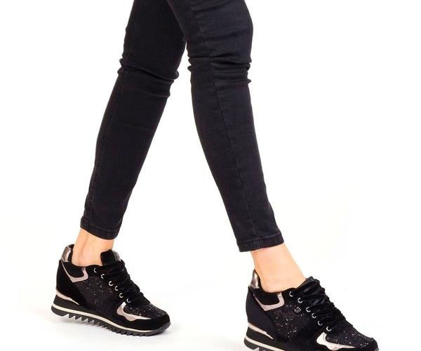 Sneakers negras con cuña y texturas