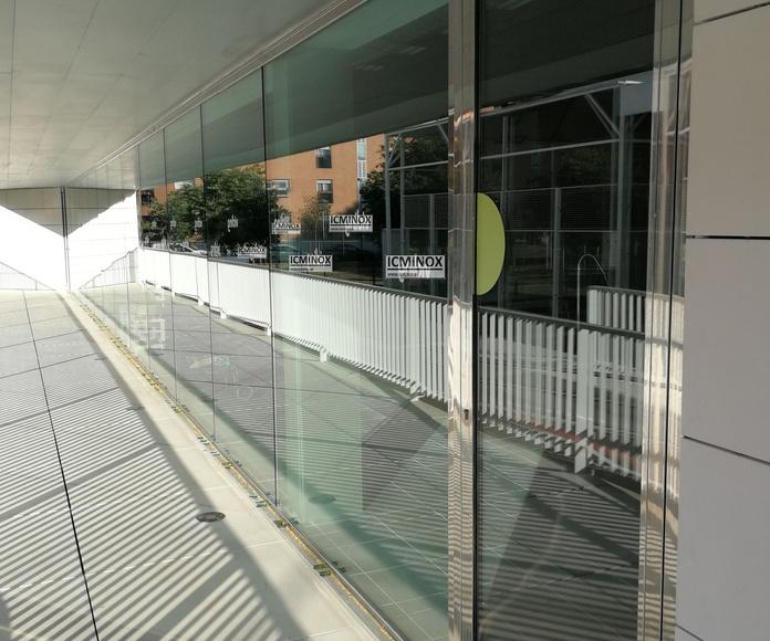 Cerramiento de piscina cubierta. Puerta con sistema antipánico para salida de emergencias y fijo con divisiones fabricado con acero inoxidable de calidad AISI 316
