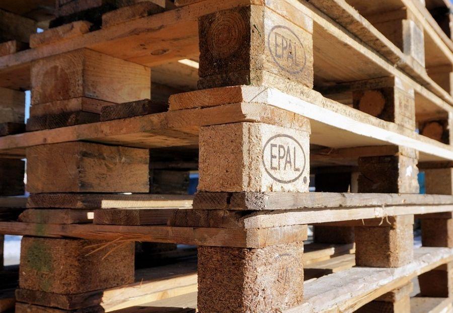 Las inscripciones en los palets de madera