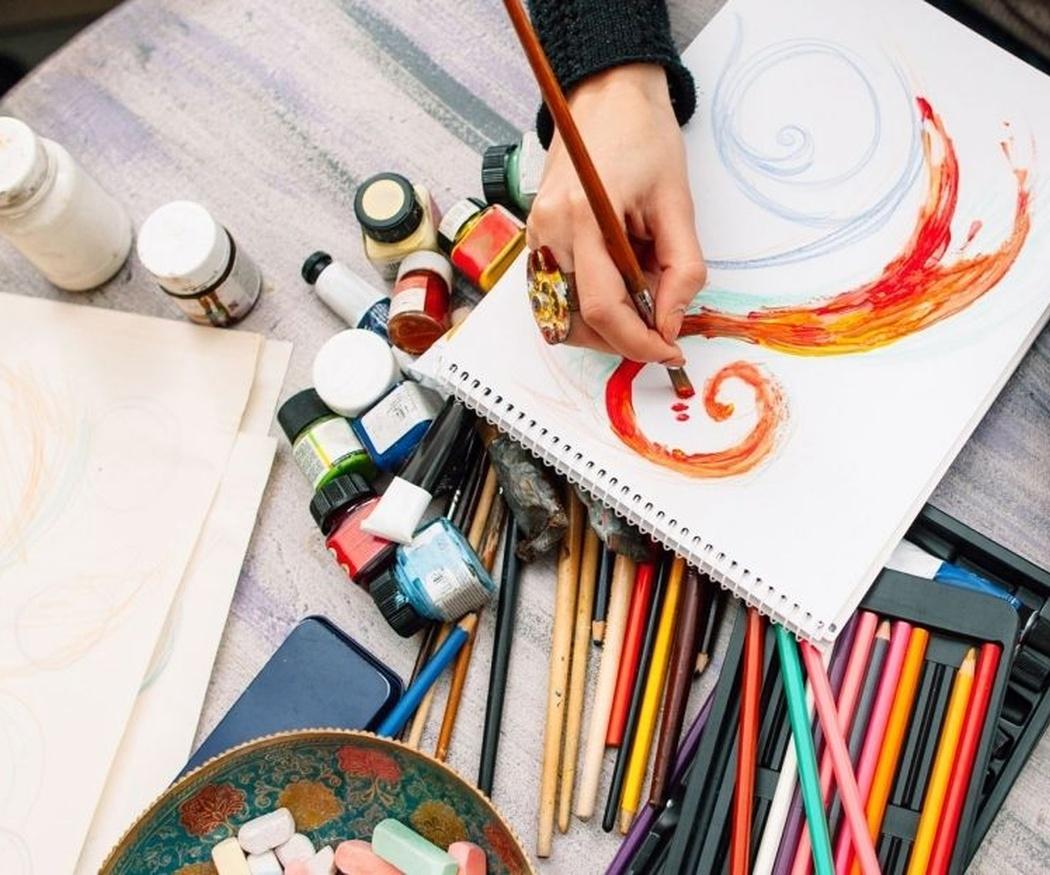 ¿Cuál es material básico de pintura que necesito en mi tienda de manualidades?