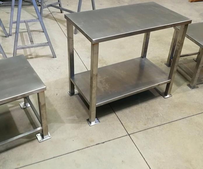 Mesas de acero inoxidable diseñadas y fabricadas a medida.