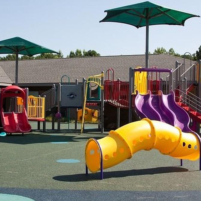 ¿Cuáles son los requisitos que deben cumplir los suelos de parques infantiles?