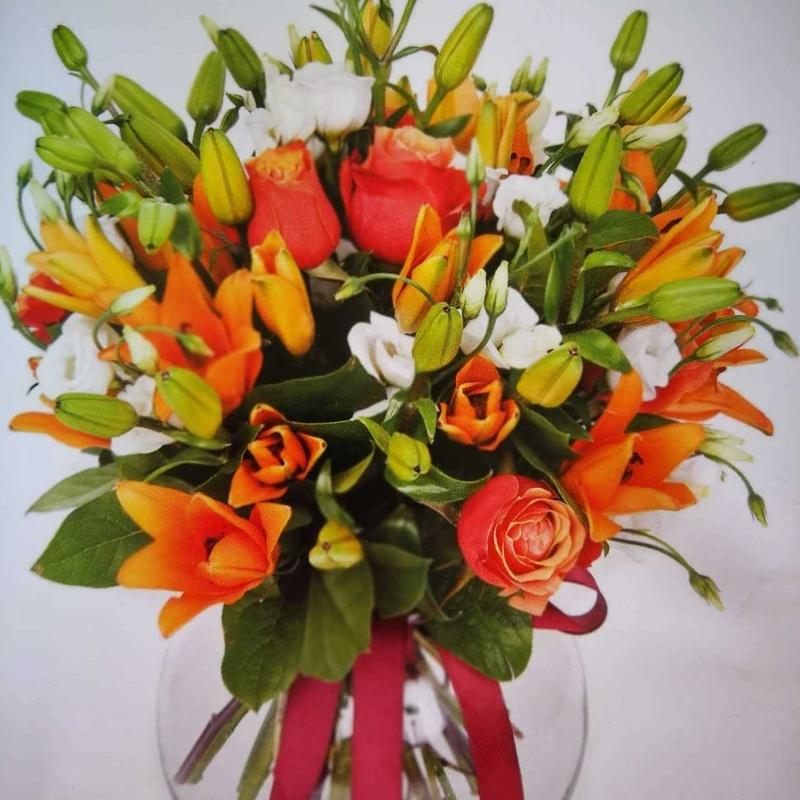 Arreglo en tonos naranjas, con lilium l.a y rosas