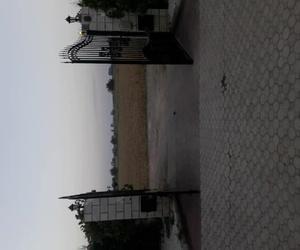 Puerta de forja abatible con motor hidráulico