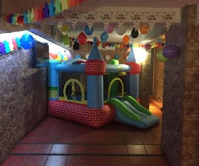 Celebración de cumpleaños y fiestas con castillo hinchable en Bar Restaurante D,Tapas&Copas
