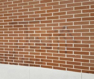 Limpieza de graffiti en fachada de ladrillo con chorreo de arena