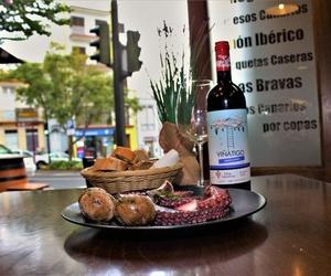 Ración de pulpo con botella de vino en Tenerife norte