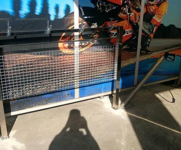 Soporte de acero inoxidable para alfombras en zona de aspirado o lavado a presión de área de servicios