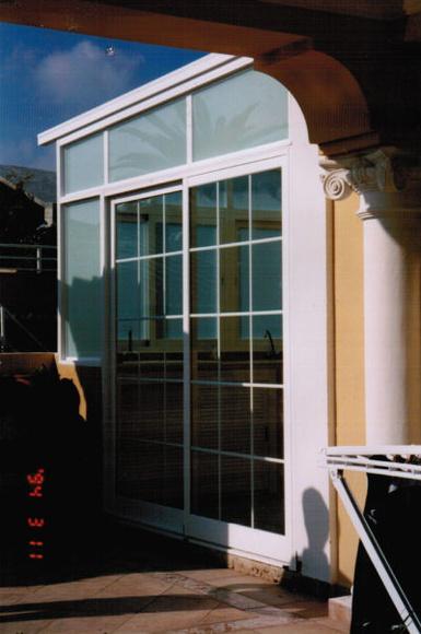 Cerramiento de terraza con techo laminar blanco: Catálogo de Aluminios Aludecor Marbella