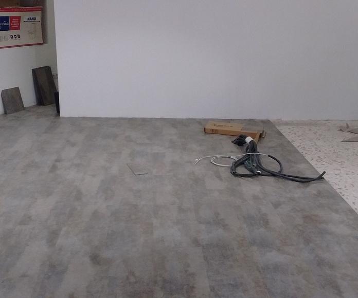 Instalando un suelo de vinilo en una tienda de Marbella (Málaga) por instaladordetarima.com