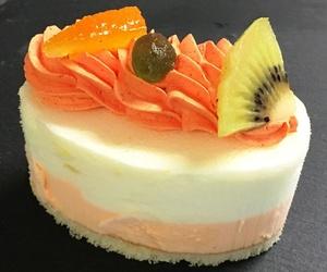 Ración de pastel individual con helado y combinación de frutas frescas