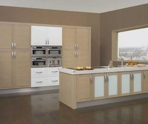 Cocina de estilo moderno, realizada en madera rechapada con perfiles de aluminio en tonos marrones y blancos