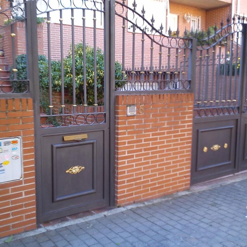 Puertas de forja para entrada a parcela.