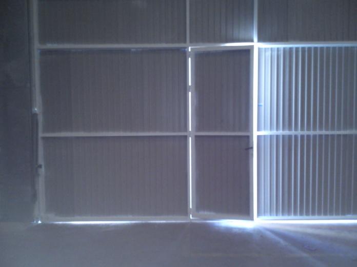 Interior de puerta industrial basculante motorizada.