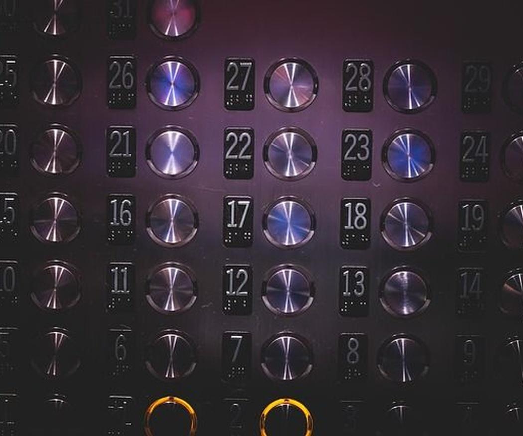 Todo lo que no se puede hacer en un ascensor