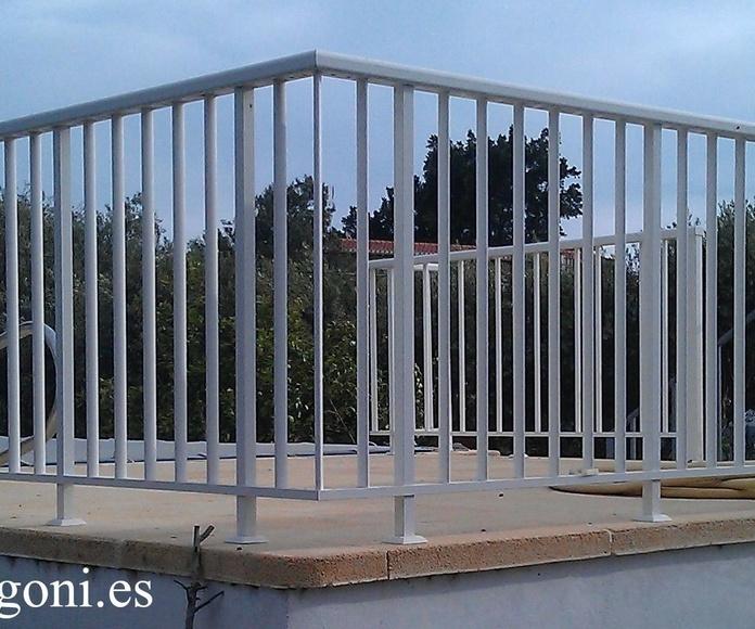 Baranda de aluminio lacado blanco con pasamanos rectangular y balaustres ovalados