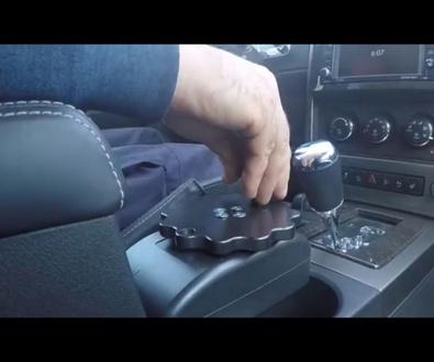 Revolucionario mando para el volante.  Indicado para personas con tetraplejia. Cabal Automoción.