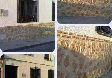 Fachada de pintura plástica con zócalo imitación a piedra.