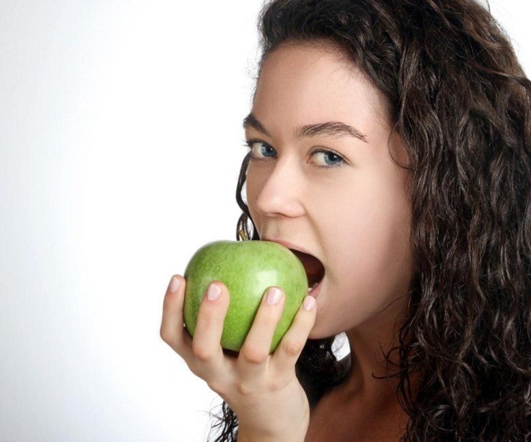 La manzana limpia tus dientes