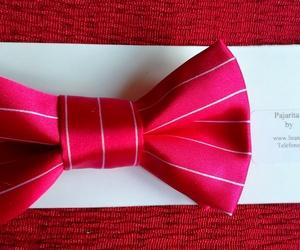 Pajarita de caballero confeccionada con tela de raso a rayas.